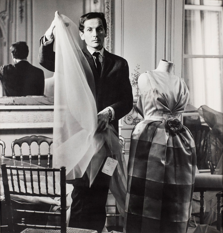 Pierre Cardin in his atelier (1957). Photo: Courtesy of Archives Pierre Cardin. © Archives Pierre Cardin