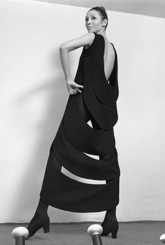 Pierre Cardin dress with kinetic back (1970). Photo: Yoshi Takata. Courtesy of Archives Pierre Cardin. © Archives Pierre Cardin