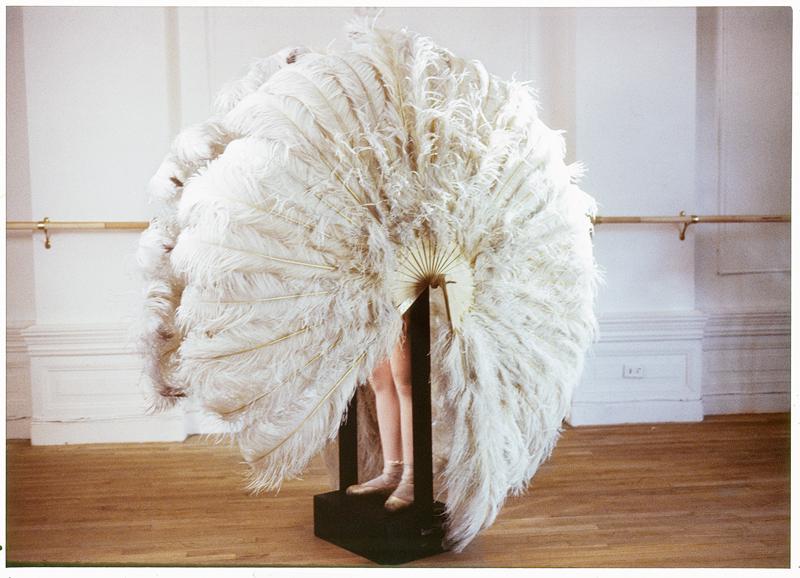 """Rebecca Horn, """"Die sanfte Gefangene [La douce prisonnière]"""" (1978). Photographie de tournage du film """"Der Eintänzer"""" [Le Danseur] © Rebecca Horn / ADAGP, Paris 2019"""