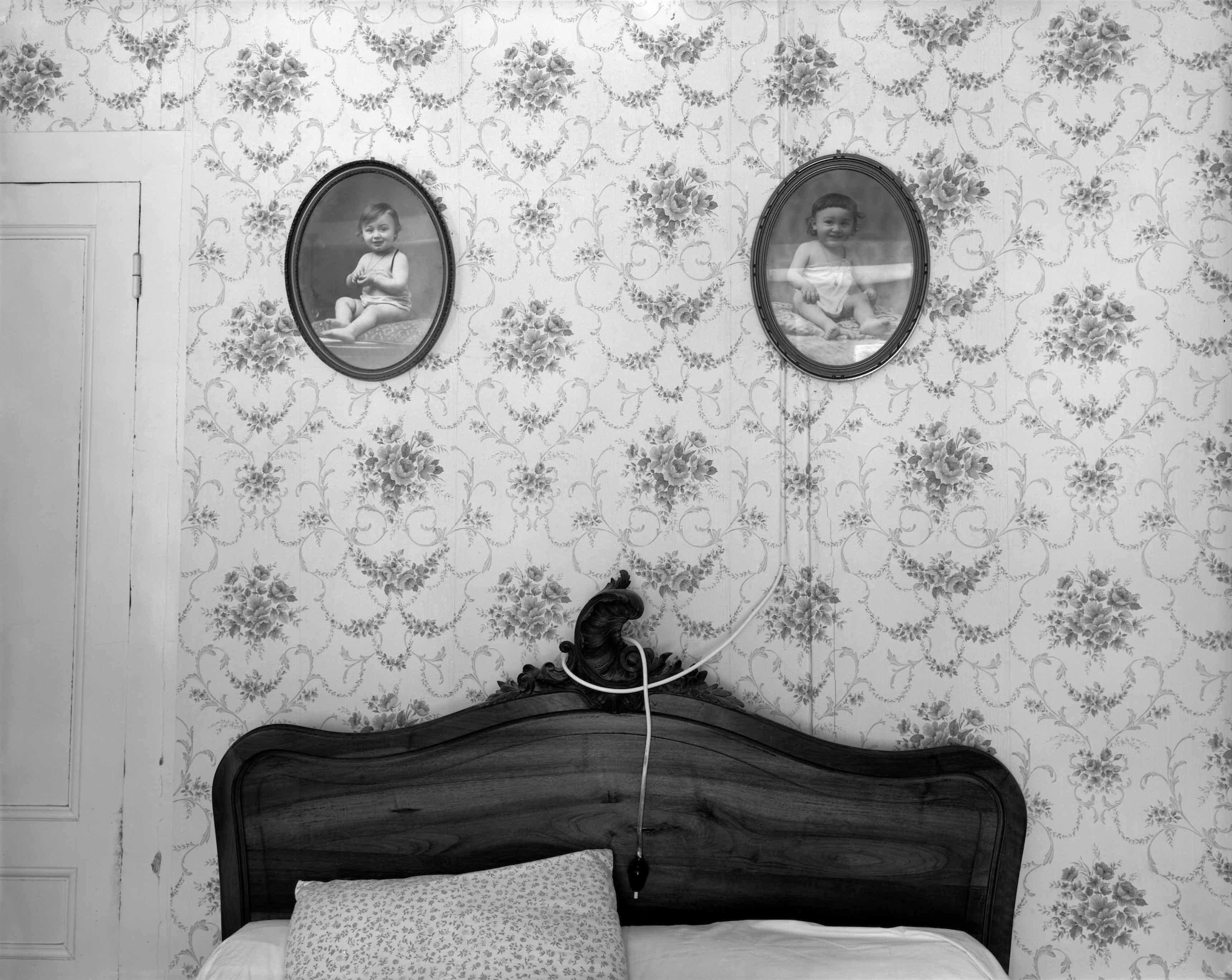 Ferme du Garet, la chambre des parents, 1984 En médaillon de gauche à droite, Jean et Raymond Depardon © Raymond Depardon / Magnum Photos