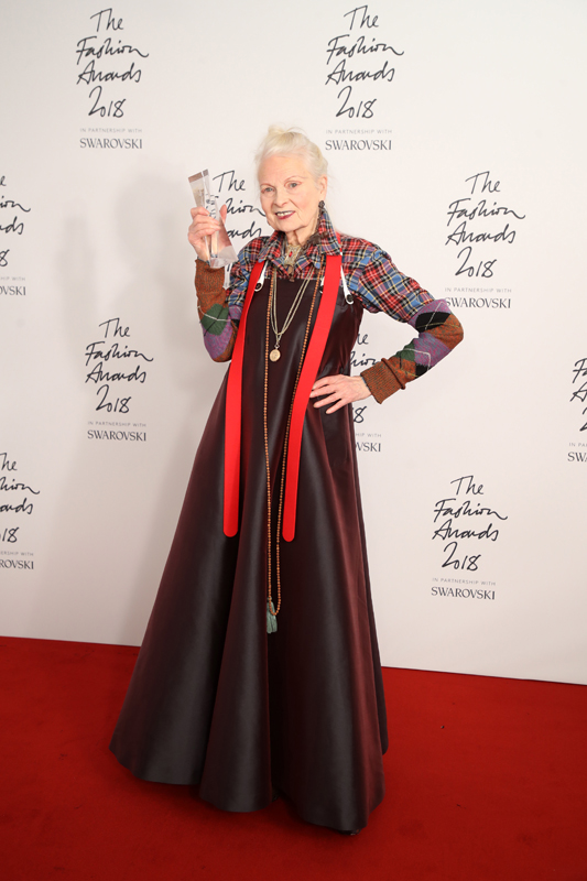 Vivienne Westwood après avoir reçu le Swarovski Award for Positive Change, British Fashion Awards 2018