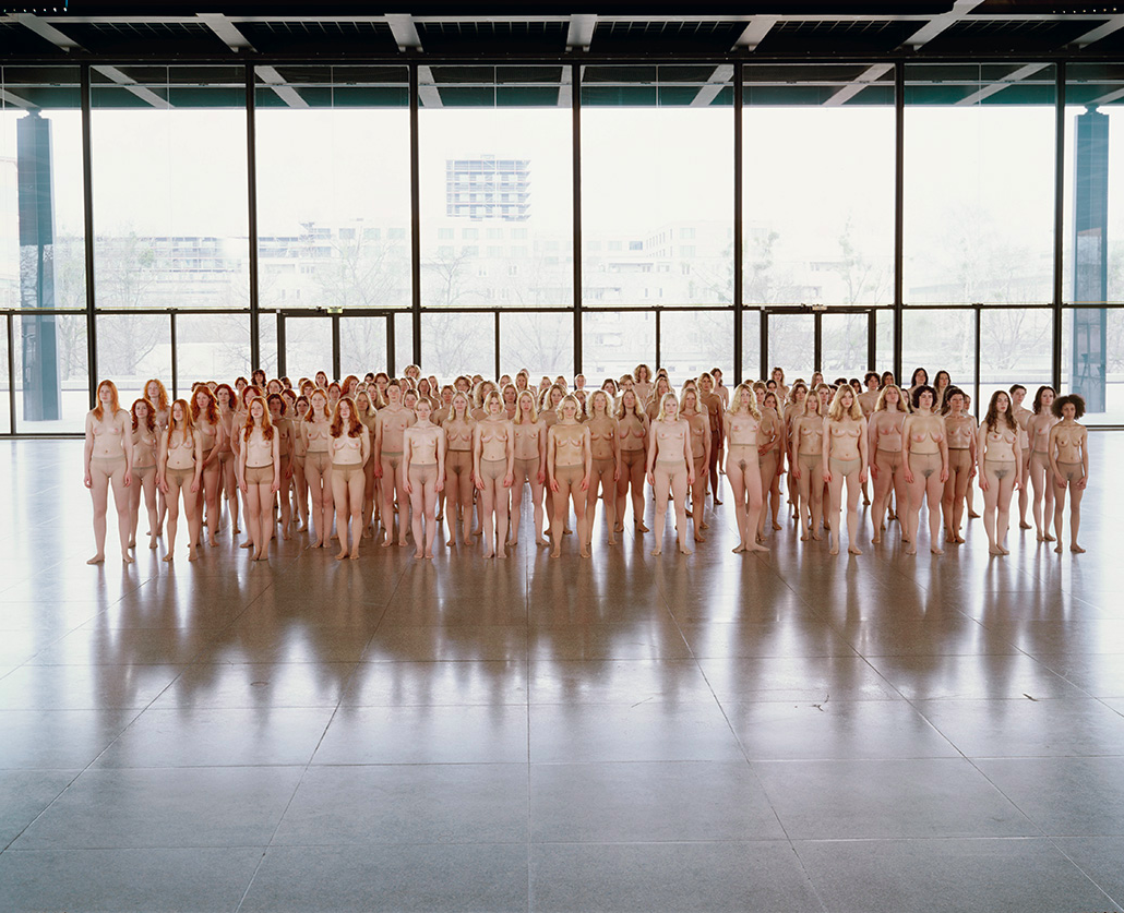 Vanessa Beecroft, VB55 - Performance, VB55.004.NT, Neue Nationalgalerie, Berlin, 2005 © Vanessa Beecroft