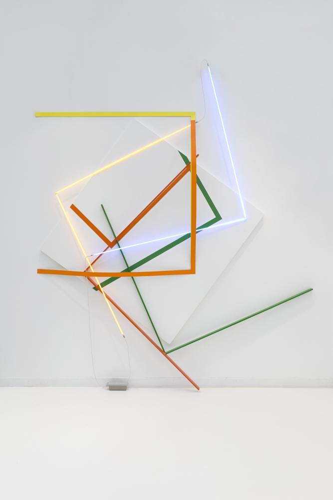 """François Morellet """"Relâche n°4"""", 1992 Crayon sur mur, acrylique et huile sur toile, aluminium laqué, tubes de néon, rubans de toile 360 x 314 cm"""
