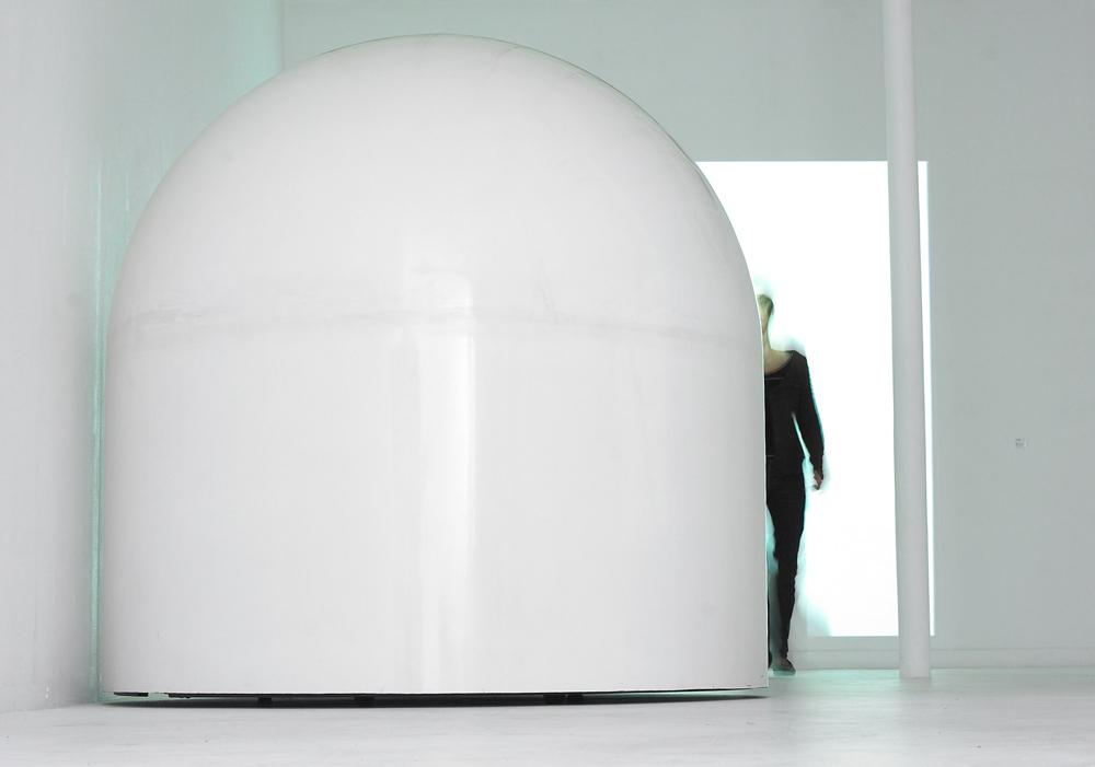 """Robert Breer """"Float, 1970/2014"""" Résine, structure métallique, bois, moteur, roues, batteries 183 x 180 cm"""