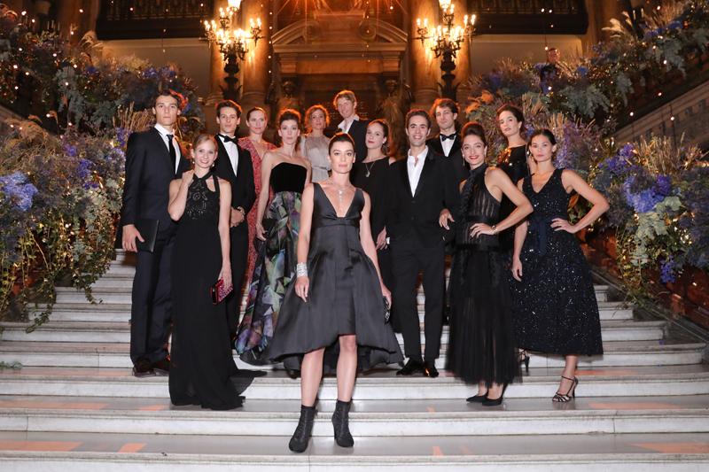 Aurélie Dupont entourée des étoiles du ballet de l'Opéra National de Paris