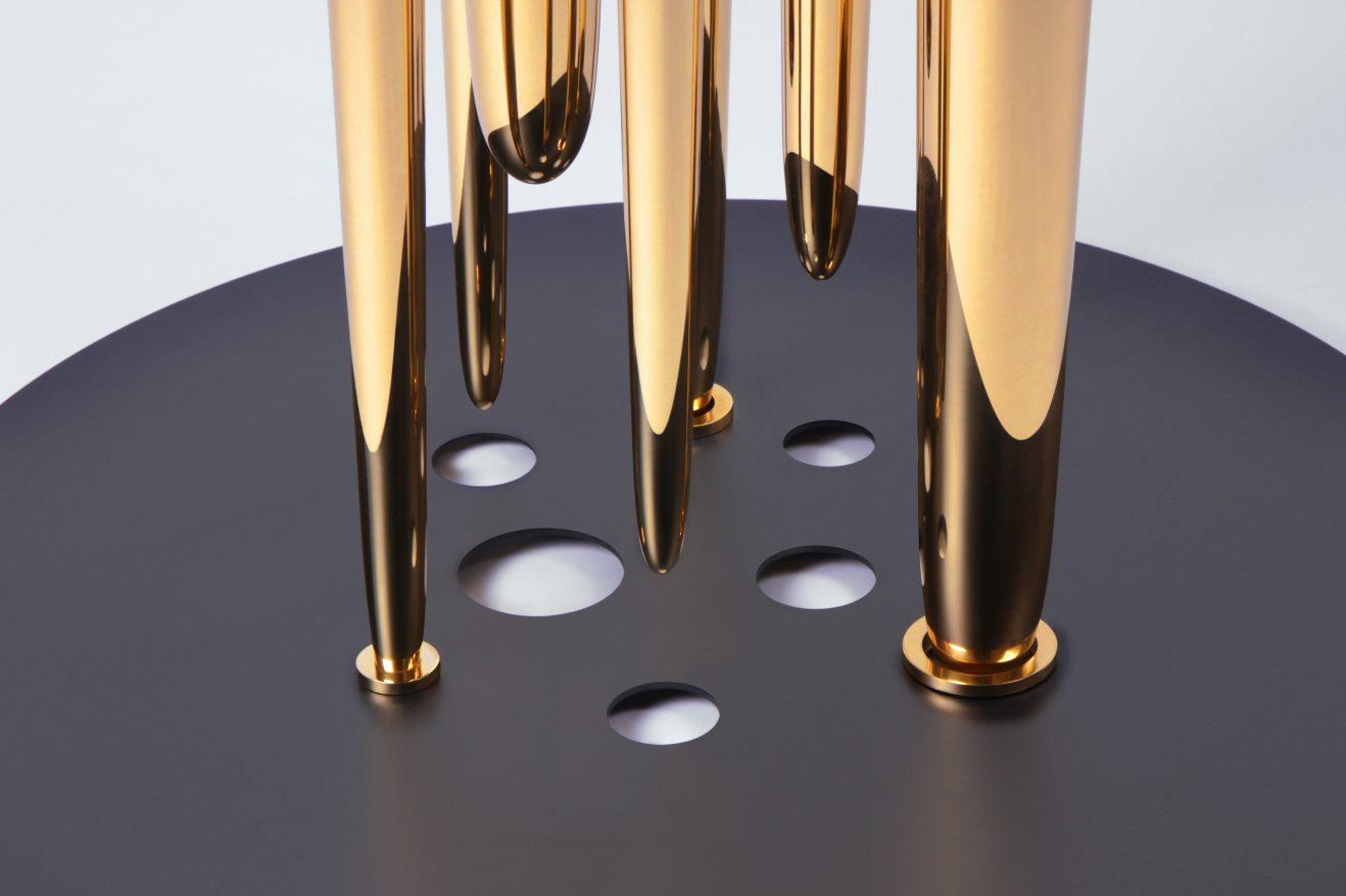 """""""Glory Holes"""" de Richard Yasmine, marbre statuaire, métal et laiton poli, hauteur :  40 cm, diamètres : 70 cm (plateau en métal) et 45 cm (plateau en marbre)."""