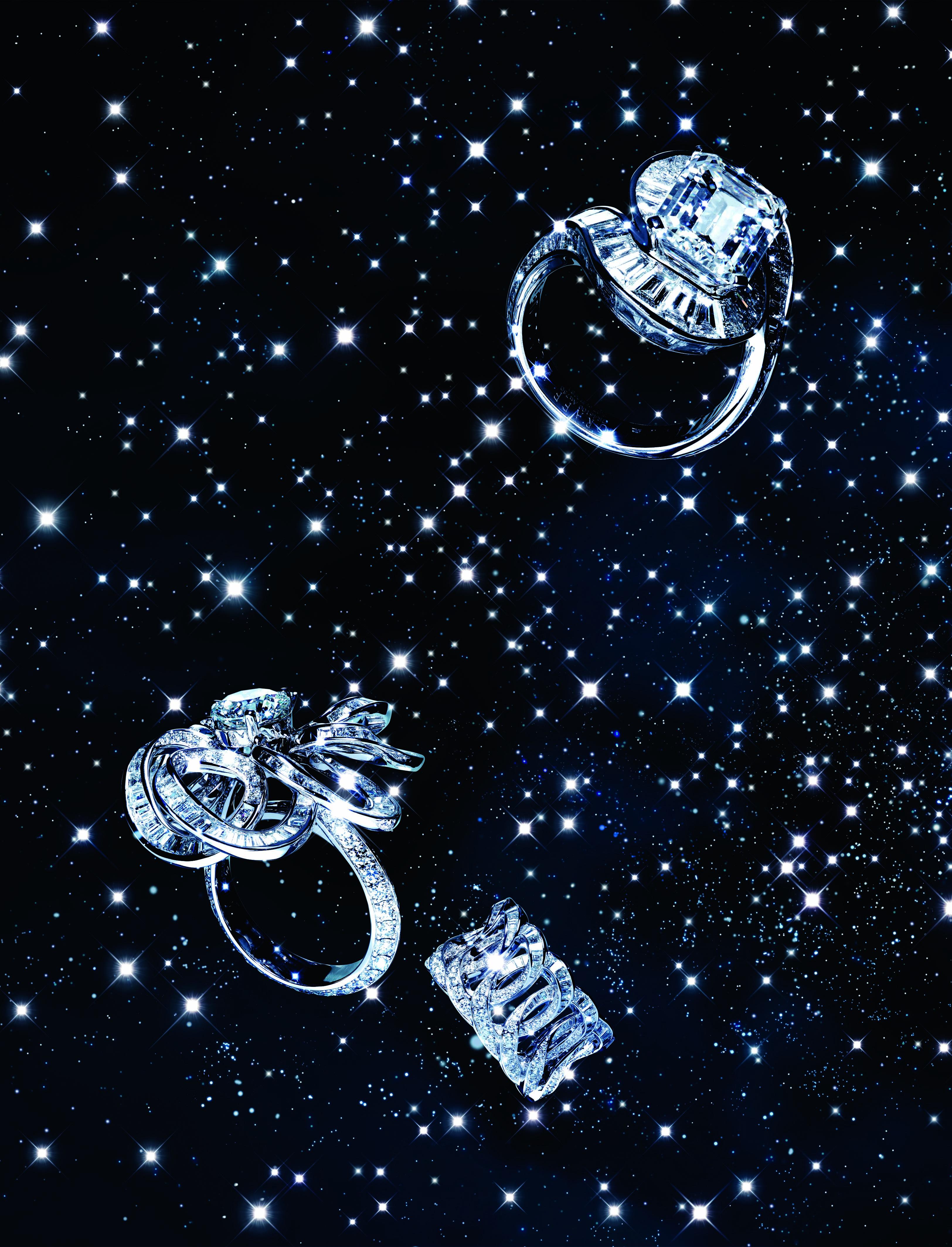 De haut en bas : bague en or blanc et diamants. Bague