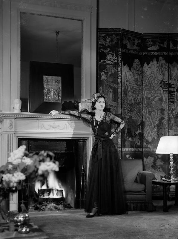 François Kollar. Coco Chanel dans son appartement au Ritz pour Harper's Bazaar, Paris. © Ministère de la Culture – Médiathèque de l'Architecture et du Patrimoine, Dist. RMN-Grand Palais / François Kollar