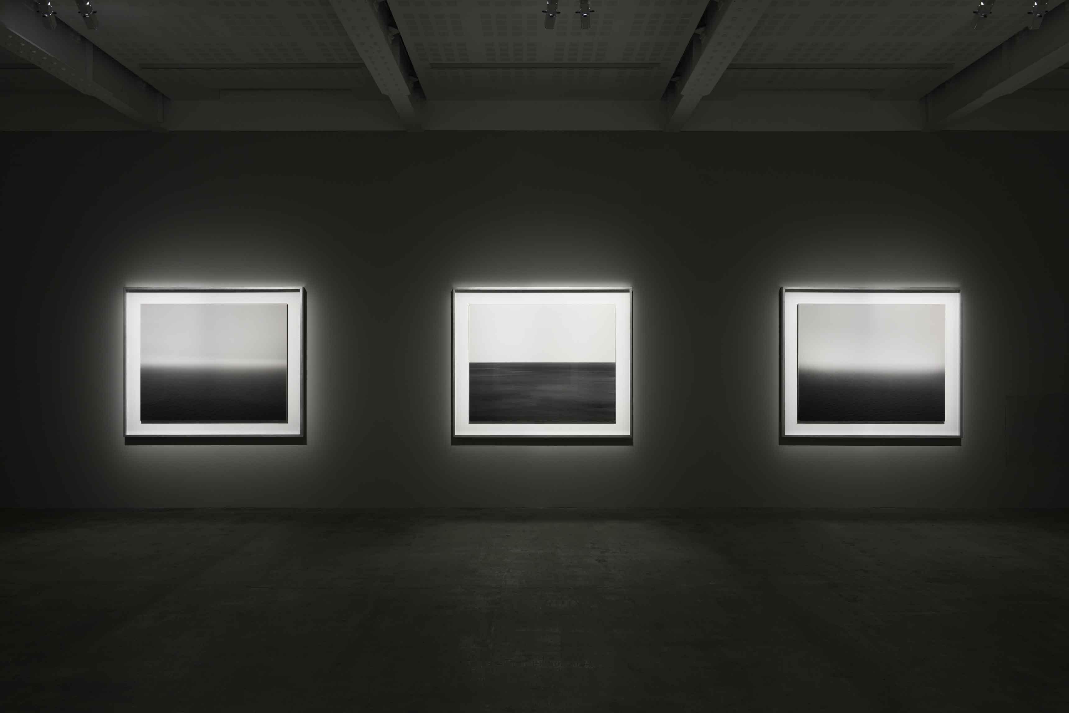 Hiroshi Sugimoto, Surface Tension, vue d'exposition. Hiroshi Sugimoto transforme ces paysages en tableaux abstraits constitués de dégradés et de bandes horizontales.