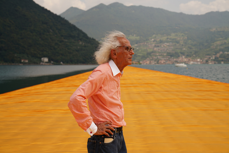 "Christo sur son installation ""The Floating Piers"" (2016). Photo : Wolfgang Volz"
