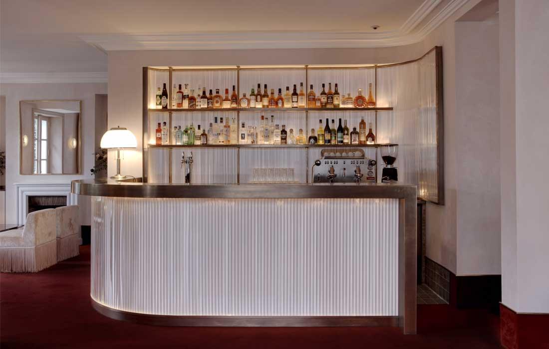 Vue sur le bar au rez-de-chaussée de l'Hôtel Particulier Montmartre, Paris, designé par Pierre Lacroix