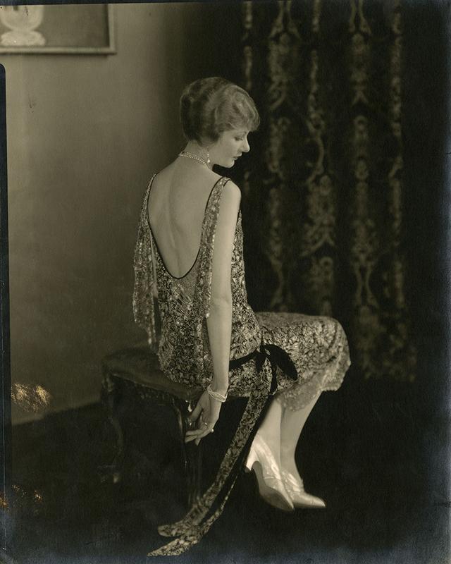 Edward Steichen. L'actrice Alden Gay porte une robe Chanel. Photographie publiée dans Vogue, 15 octobre 1924. © Edward Steichen, Vogue © Condé Nast