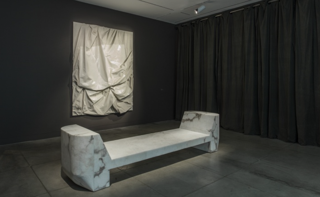 "Vue de l'exposition ""Furniture"" par Rick Owens. Jusqu'au 2 avril 2017 au MOCA Pacific Design Center, courtesy of The Museum of Contemporary Art, Los Angeles, photo : Brian Forrest."