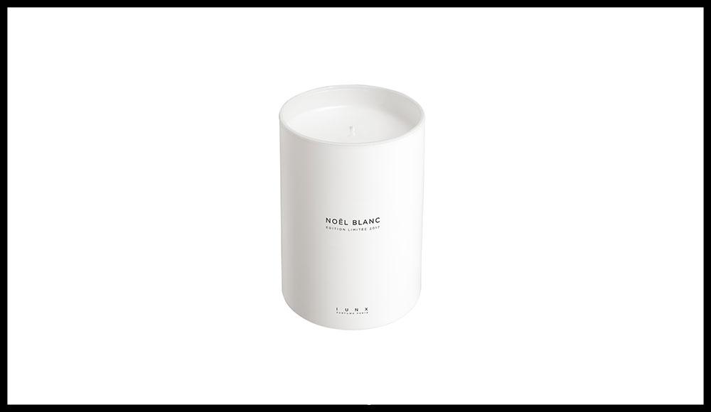 L'édition de Noël de la très belle maison de parfums du nez Olivia Giacobetti propose un voyage olfactif au cœur d'une forêt de pins givrés balayée par un vent glacial. Noel Blanc, IUNX. 55 euros  les 215 g.