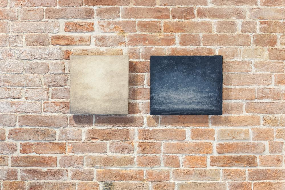 """De gauche à droite : Lucas Arruda, """"Untitled"""" (2015), """"Untitled"""" (2016), Pinault Collection. Installation view """"Luogo e segni"""" at Punta della Dogana, 2019 © Palazzo Grassi, photography Delfino Sisto Legnani e Marco Cappelletti."""