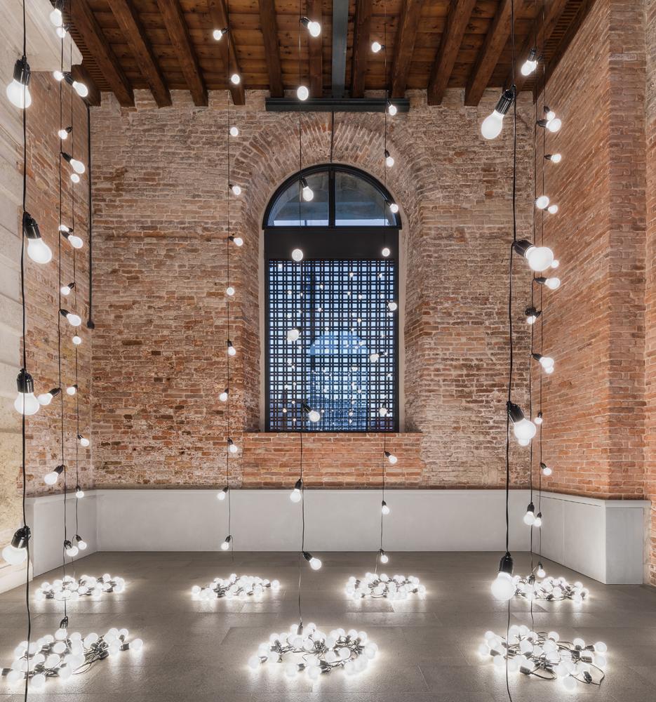 """Felix Gonzalez-Torres, """"America America'"""" (2004), Pinault Collection. Installation view """"Luogo e segni"""" at Punta della Dogana, 2019 © Palazzo Grassi, photography Delfino Sisto Legnani e Marco Cappelletti."""