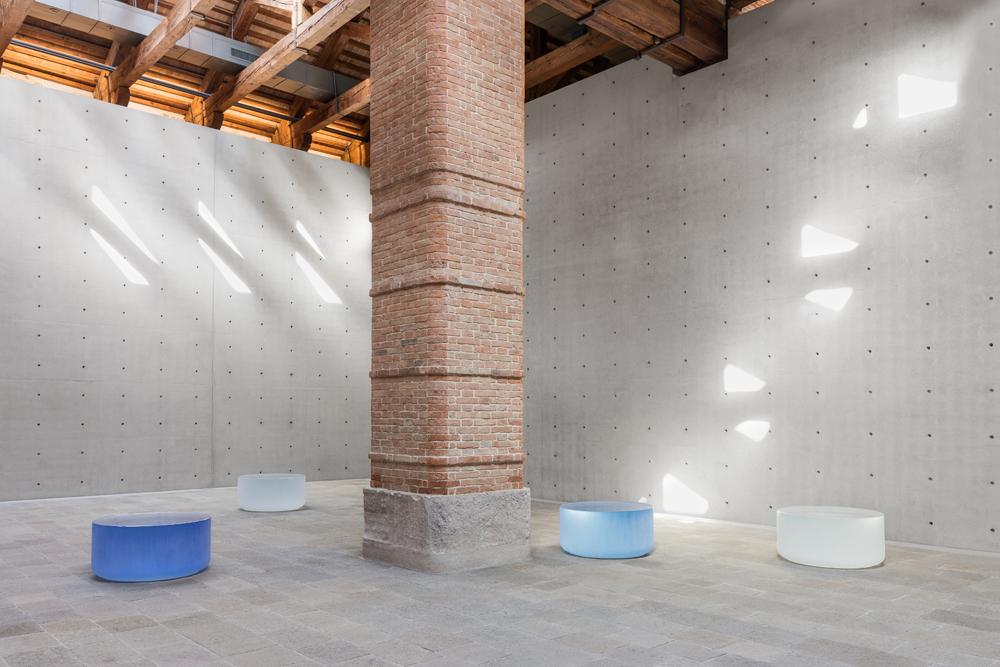 """Roni Horn, """"Well and Truly"""" (2009-2010), Pinault Collection. Installation view """"Luogo e segni"""" at Punta della Dogana, 2019 © Palazzo Grassi, photography Delfino Sisto Legnani e Marco."""