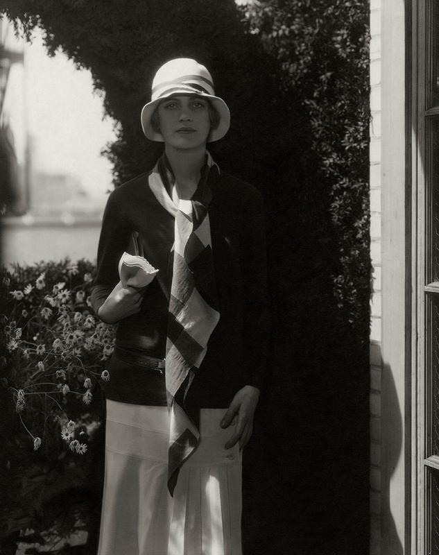 Edward Steichen. Lee Miller portant un ensemble Chanel et un chapeau de Caroline Reboux. Photographie publiée dans Vogue, 15 juillet 1928. © Edward Steichen, Vogue © Condé Nast