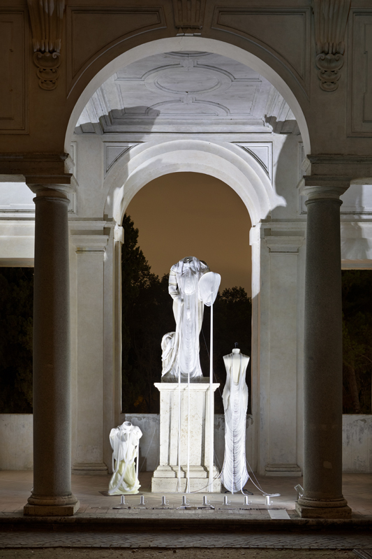 """Jeanne Vicerial, installation pour la """"Notte Bianca"""" à la Villa Médicis incluant une pièce en collaboration avec Hugo Servanin (2019)."""