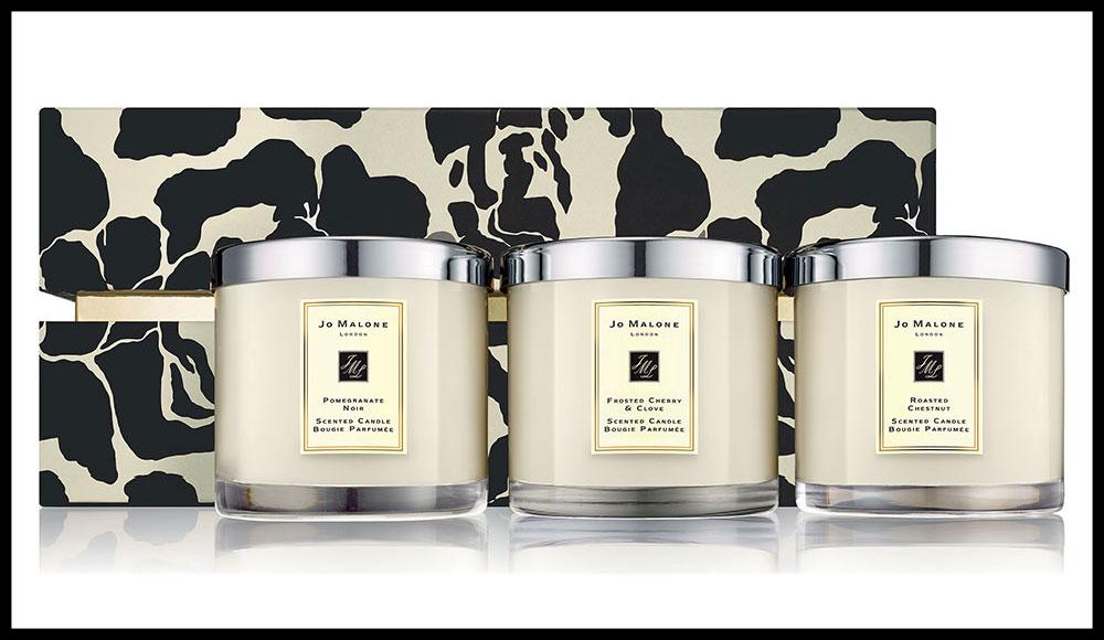 Trois fragrances évoquant Noël travaillées dans des grands formats de bougies, dans un coffret géant. Bougie Deluxe Collection, JO MALONE. 500 euros les 3 bougies de 600 g.