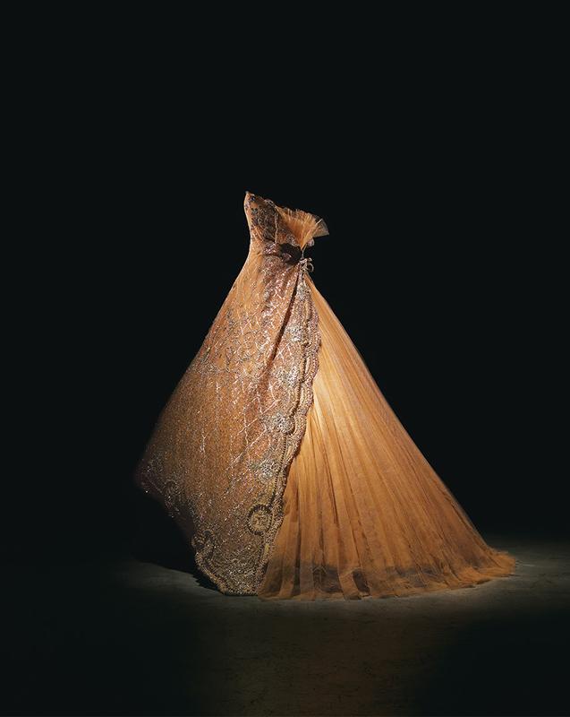 Robe Koh-I-Noor en tulle plissé et dentelle pêche brodée d'arabesques de strass, pierreries et perles dorées, haute couture automne-hiver 1996, Passion indienne. Collection Dior Héritage, Paris.  Photo : Laziz Hamani