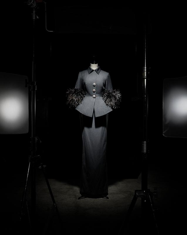 Tailleur Lalita en laine gris ardoise, poignets bordés de plumes d'autruche, haute couture automne-hiver 1996, Passion indienne. Collection musée Christian Dior, Granville.  Photo : Laziz Hamani