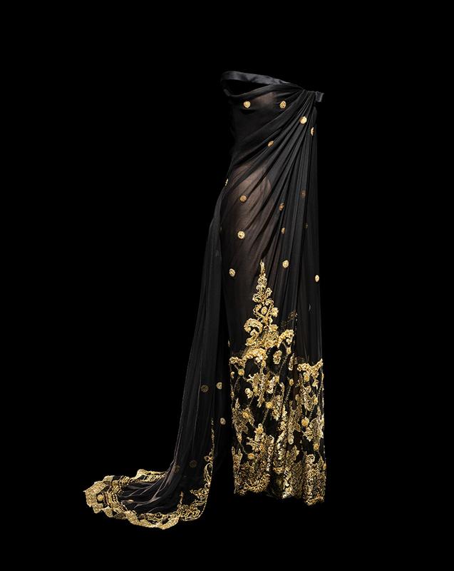 Robe longue Shalimar en mousseline noire brodée et incrustée de dentelle or, haute couture automne-hiver 1996, Passion indienne. Collection Dior Héritage, Paris. Photo : Laziz Hamani