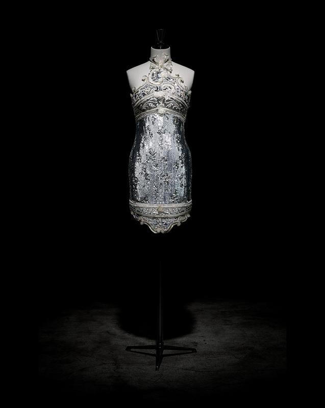 Robe courte Venise, brodée de perles, strass, sequins et paillettes argentées, haute couture automne-hiver 1991, Soleils d'automne. Collection Dior Héritage, Paris.  Photo : Laziz Hamani