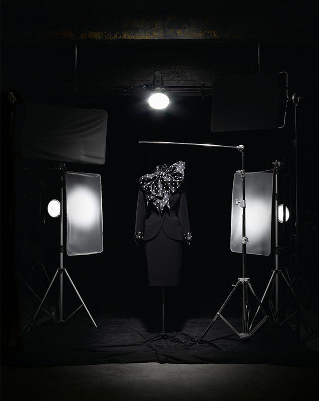 Tailleur en gabardine noire et manches à revers, nœud lavallière et manchettes amovibles en organza noir à pois blancs. Création spéciale inspirée du modèle Walt, haute couture automne-hiver 1989, Ascot – Cecil Beaton, portée par Sophia Loren dans le film Prêt-à-porter de Robert Altman, 1994. Collection Dior Héritage, Paris. Photo : Laziz Hamani
