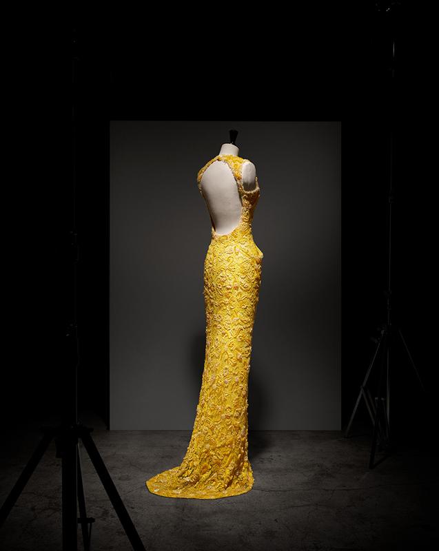 Robe fourreau Floridante en dentelle brodée jaune vif, haute couture printemps-été 1995, Extrême... Collection Dior Héritage, Paris. Photo : Laziz Hamani