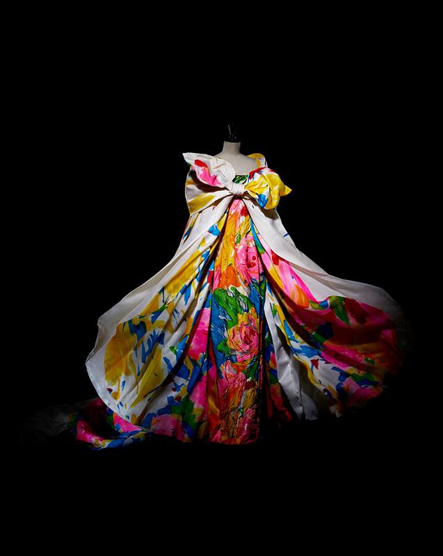 Ensemble Niué composé d'un manteau long à effet de traîne en organza de satin blanc peint d'un motif floral à l'intérieur, et d'une robe longue bustier brodée, haute couture printemps-été 1995, Extrême... Collection Dior Héritage, Paris. Photo : Laziz Hamani