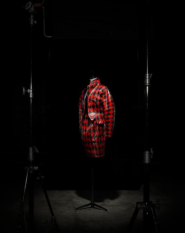 Tailleur Corps de feu en python rouge peint Arlequin, manches kimono et blouse brodée Arlequin noir et rouge, haute couture automne-hiver 1995, Hommage à Paul Cézanne. Collection musée Christian Dior, Granville. Photo : Laziz Hamani