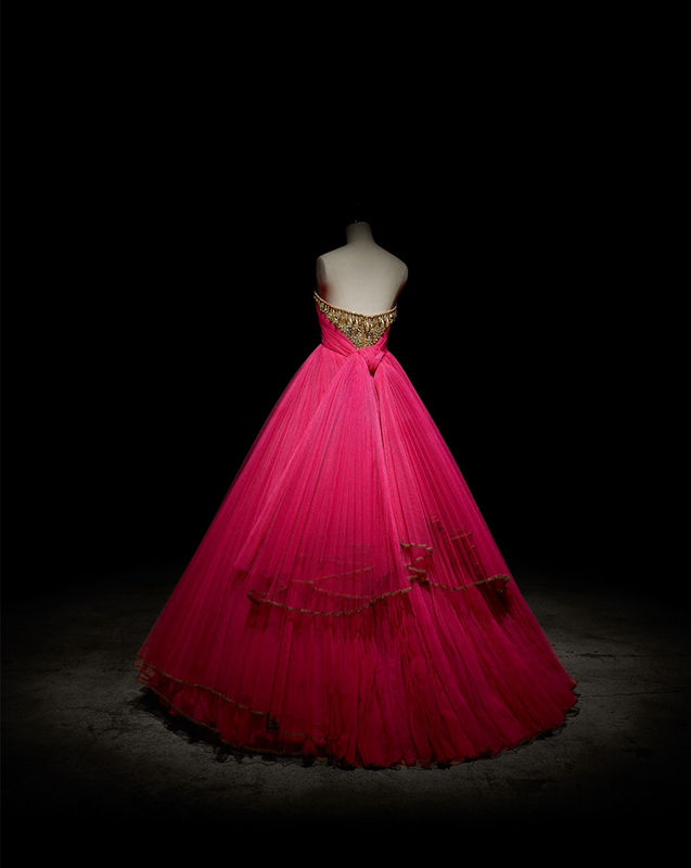 Robe Elixir en tulle plissé fuchsia, bustier brodé or, haute couture automne-hiver 1996, Passion indienne. Collection Dior Héritage, Paris.  Photo : Laziz Hamani