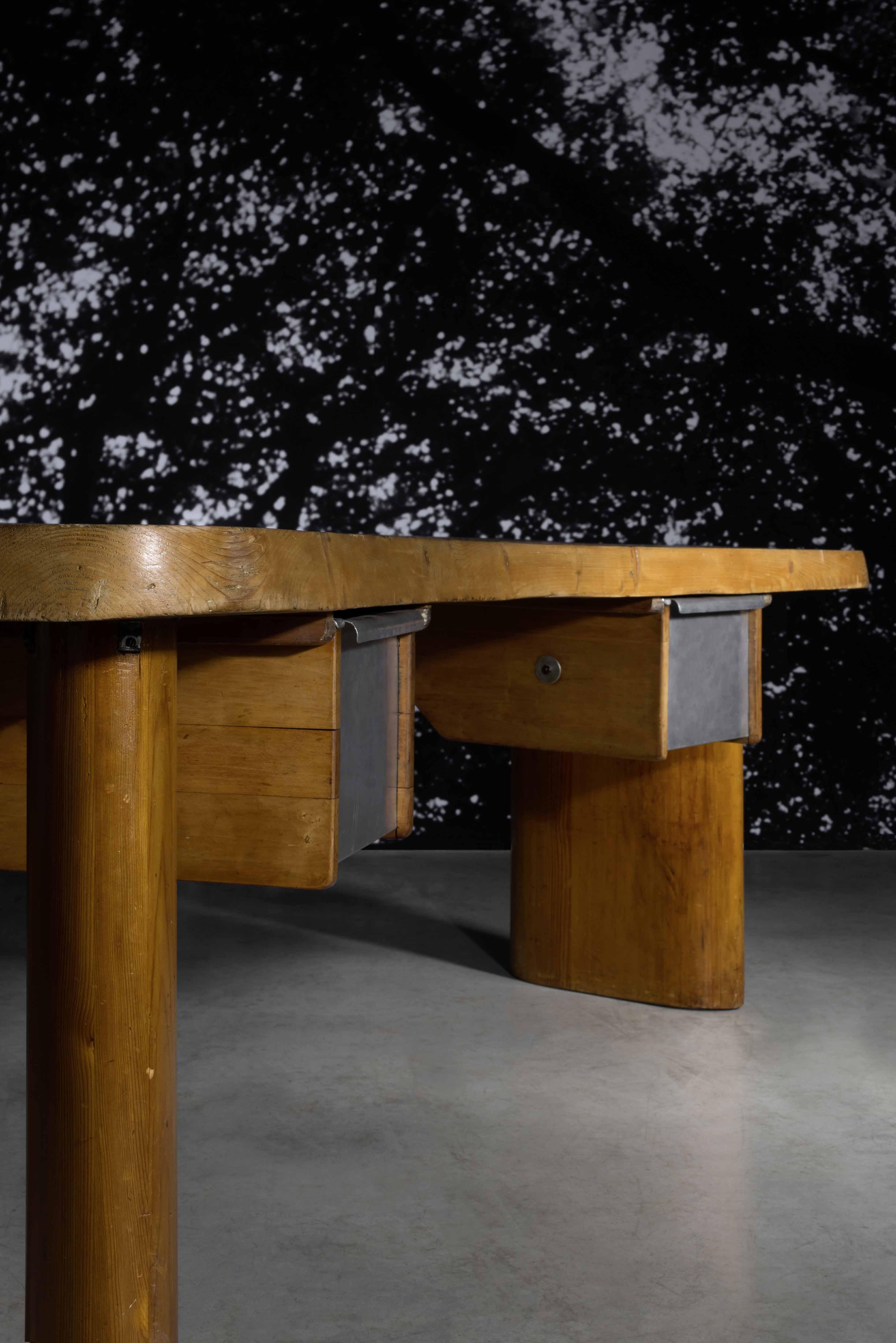 Lot 11 Charlotte Perriand, important bureau dit « en forme », 1943-1944 - © Artcurial