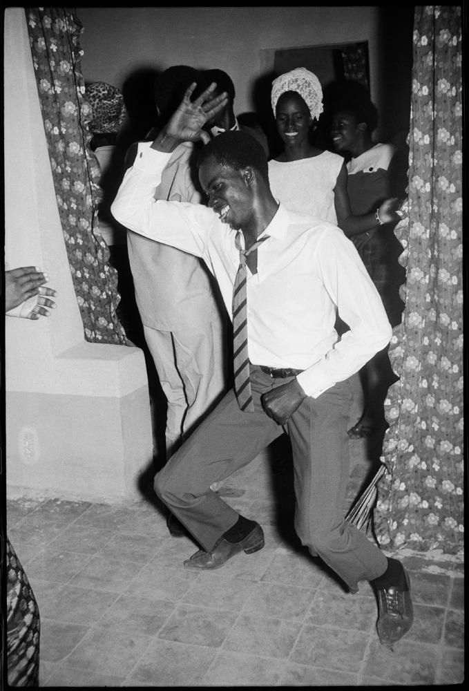 """""""Danseur mérengué"""" de Malick Sidibé, 1964. © Malick Sidibé. Courtesy Galerie Magnin-A, Paris."""