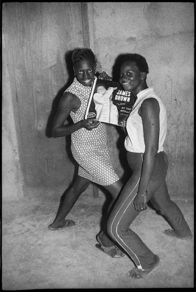 """""""Les fans de James Brown"""" de Malick Sidibé, 1964. © Malick Sidibé. Courtesy Galerie Magnin-A, Paris."""