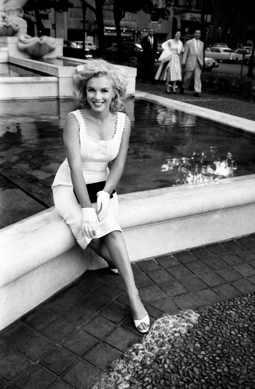 Marilyn Monroe, devant le Plaza Athénée, New York, mai 1957, Sam Shaw