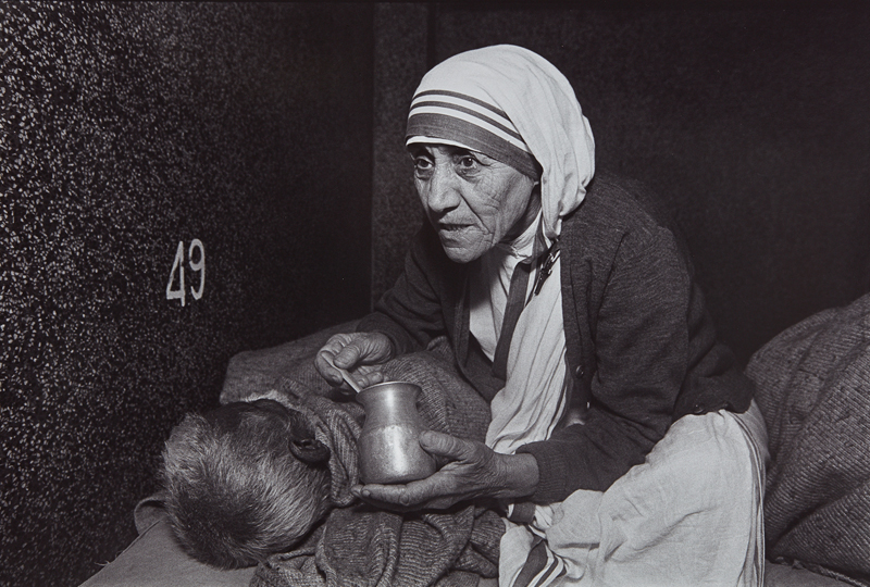 "Mary Ellen Mark ""Mother Teresa Feeding a Man at the Home For the Dying, Calcutta, India"" 1980 Selenium-toned gelatin silver print. 12 3/8 x 18 1/2 in. (31.4 x 47 cm)"