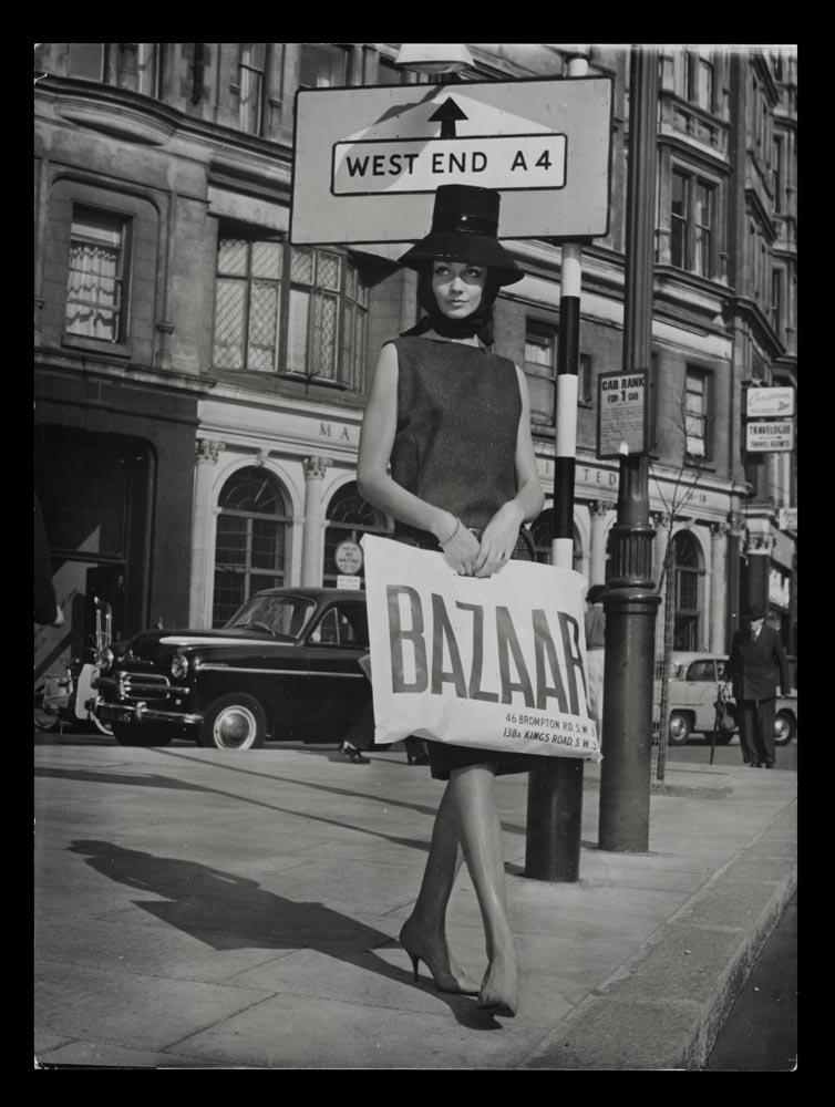 Un mannequin tenant un sac Bazaar c.1959 © Mary Quant Archive
