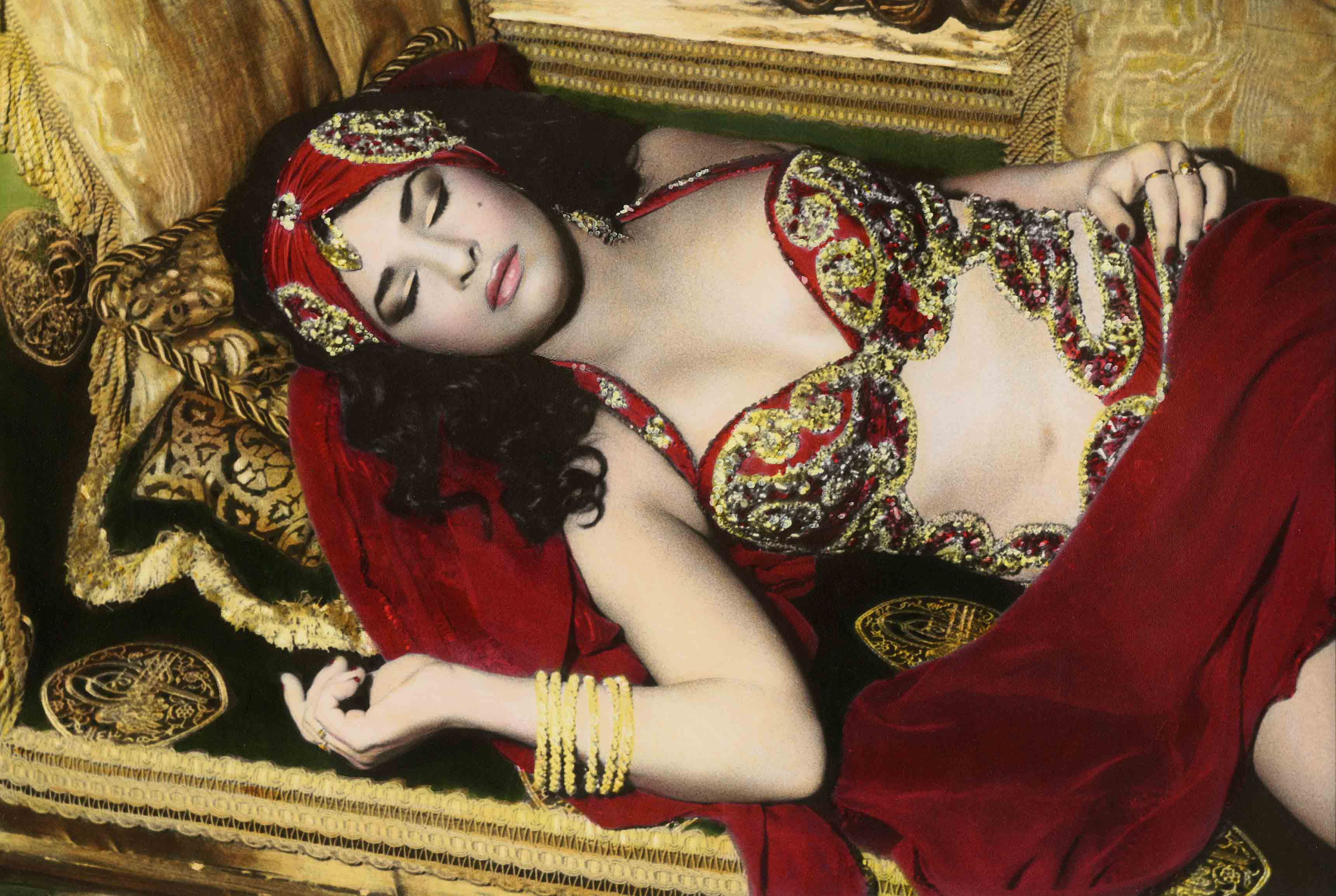 Natacha sleeping, Cairo 2000 © Youssef Nabil – Galerie Nathalie Obadia, Paris-Bruxelles