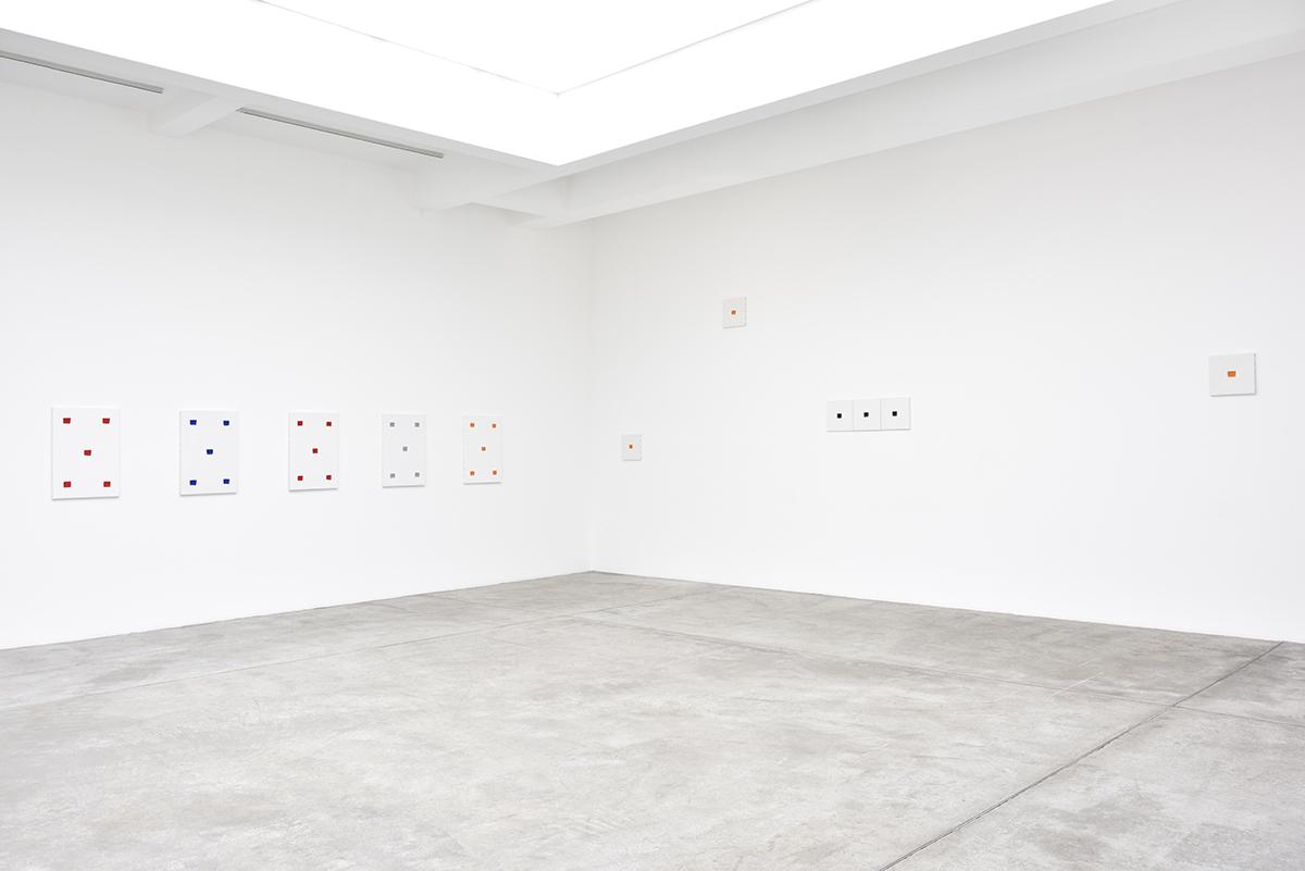 Vue d'exposition, Niele Toroni, Un tout de différences,  Empreintes de pinceau n°50 répétées à intervalles réguliers de 30 cm, Galerie Marian Goodman, Paris, 2020 © Rebecca Fanuele