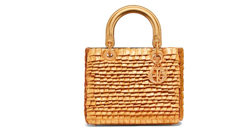 Le sac Lady Dior réinventé par l'artiste colombienne Olga de Amaral.