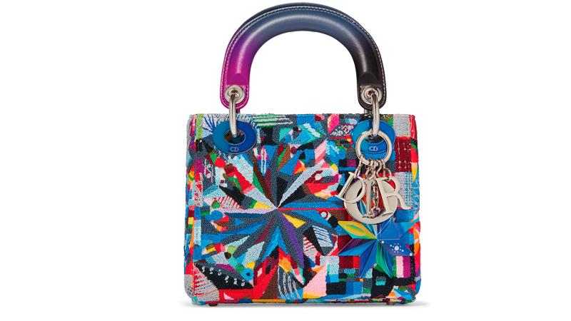 Le sac Lady Dior réinventé par l'artiste américaine Polly Apfelbaum.