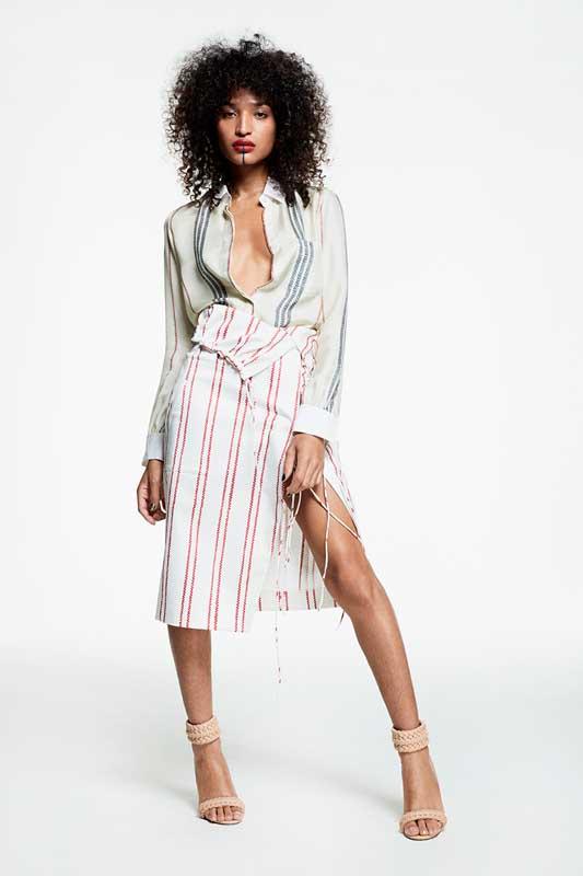 L'ensemble chemise et jupe d'Indya Moore, actrice.