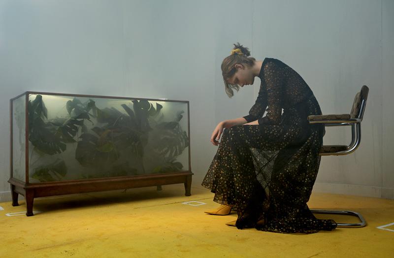 Robe longue en organza de soie imprimé de fleurs, DIOR. Chouchou et escarpins, BALENCIAGA.