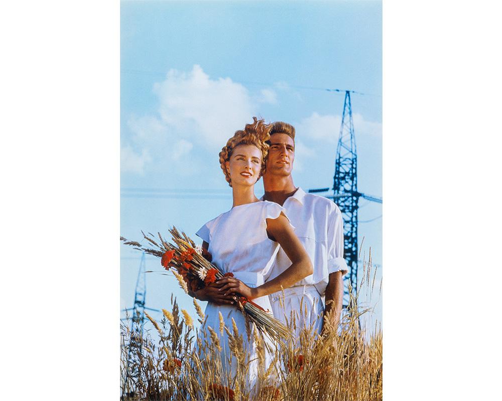 """VOLGOGRAD (RUSSIE), 1986. Stepanek et Angela Wilde en """"Blés d'or"""" de Mugler"""