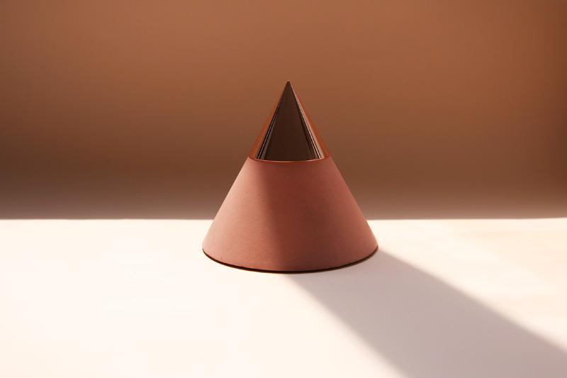 Bougeoir found/Founded,  base en béton et capuchon en métal,  110 x H100 mm