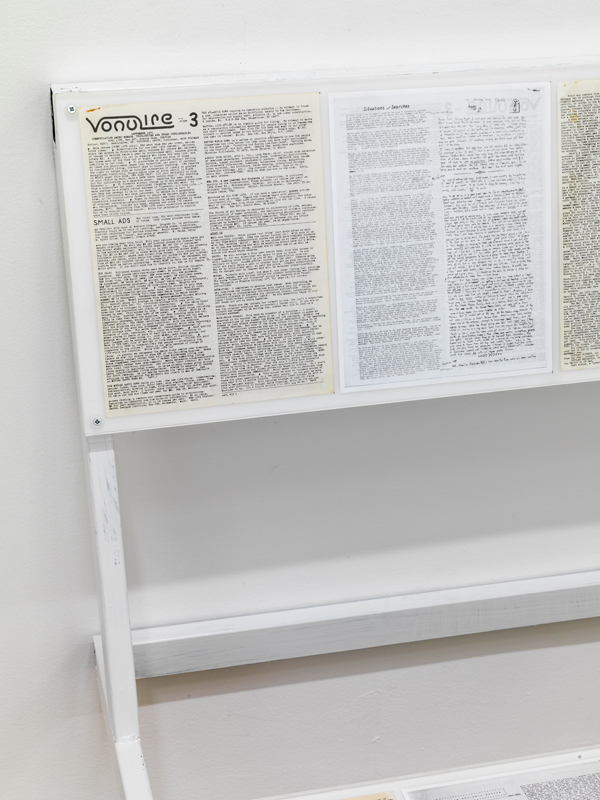 Vue d'installation, Oscar Tuazon, Reading bench 3 (tents: some preliminary remarks), 2016. Acier, verre, magazine Vonulife #3, 67 x 93 x 64.5 cm. Courtoisie de l'artiste et Galerie Chantal Crousel, Paris. Photo : Florian Kleinefenn.