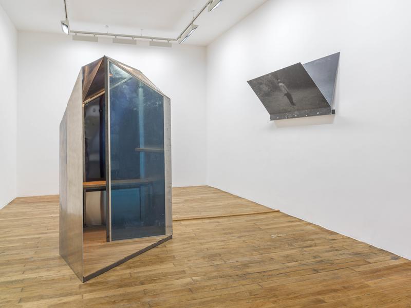 Vue d'installation, Oscar Tuazon, Shelters, 2016. Galerie Chantal Crousel, Paris. Courtoisie de l'artiste et Galerie Chantal Crousel, Paris. Photo : Florian Kleinefenn.