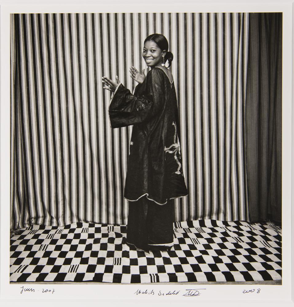 Malick Sidibé, Oumou Bakayoko, gagnante du 1er prix du concours «Un chant contre le sida», juin 2007. © Malick Sidibé, Monique Barbier-Mueller.